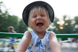 lilla flickan skrattar glatt foto