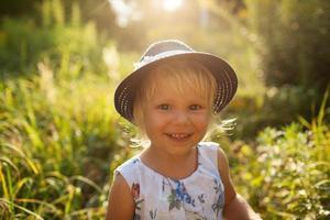 liten vacker tjej i hatt foto