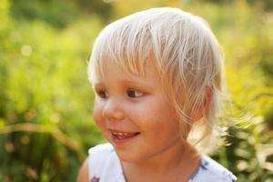 söt vacker blond liten flicka foto