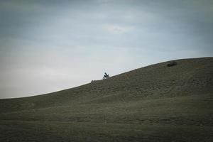 cyklisten cyklar på berg foto