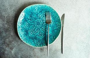 minimalistisk dukning med tallrik och bestick foto