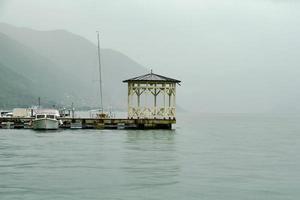 regnig dag vid sjön foto