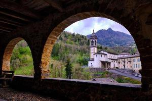 vacker utsikt över den gamla kyrkan från en fantastisk gammal arkadgata foto