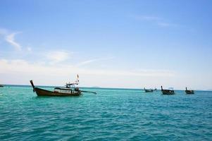 fiskebåtar på stranden phuket, thailand foto
