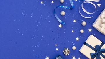 sammansättning av festliga inslagna gåvor med kopia utrymme foto