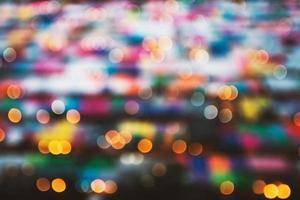 suddig bakgrund av nattmarknaden. abstrakt och dekoration belysning koncept. jul och nyår tema foto