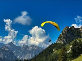 skärmflygning i alperna runt sjön achensee och rofanbergen foto