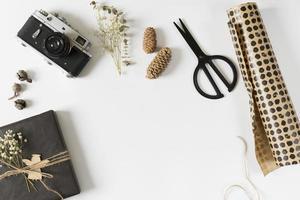 presentförpackning med omslagspapper på bordet foto