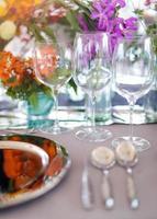 dukning för ett bröllop eller middag, med blommor foto