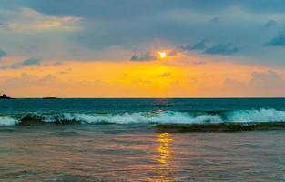 vacker färgstark solnedgång landskap panorama bentota beach sri lanka. foto