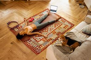 svart ung kvinna som ligger och vilar efter yogaträning foto