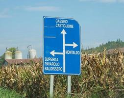 riktningsskyltar i Piemonte, Italien foto
