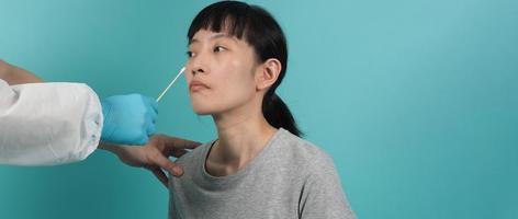 rt pcr test. kvinna med covid 19 -pinnprov. foto