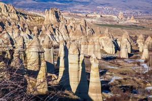 saga skorstenar i Kappadokien med blå himmel på bakgrunden. love valley i cappadocia foto