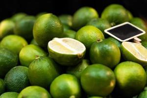 färska citroner på marknaden, färsk lime foto
