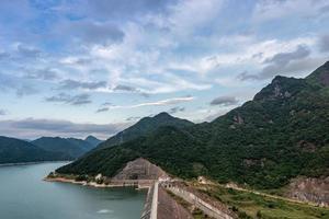 reservoaren i berget en solig dag har blå himmel och klart vatten foto