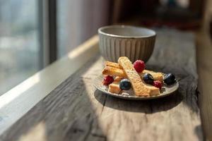 eftermiddagste, svart te med bröd foto