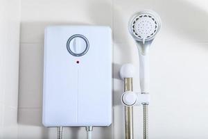 badrum, varmvattenberedare i duschen foto
