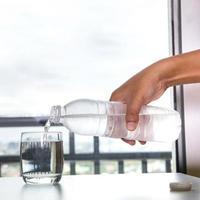 hälla vatten i ett glas foto