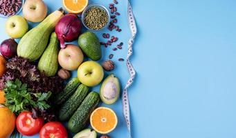 färska grönsaker och frukt för hälsosam kost och ett måttband ovanifrån platt låg med kopia utrymme foto