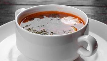 aptitretande maträtt av rysk hodgepodge -soppa i keramisk kruka foto