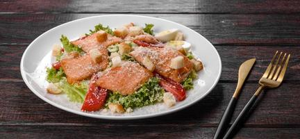 utsökt färsk sallad med röd fisk till festbordet foto
