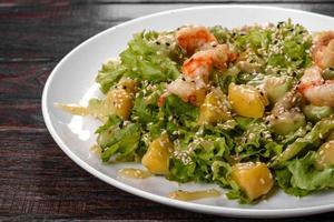 utsökt färsk sallad med räkor och päron till festbordet foto