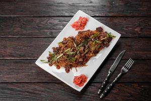 utsökt färsk udon med nötkött och risnudlar med kryddor och gröna foto