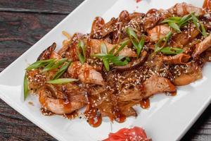 utsökt färsk udon med kyckling och risnudlar med kryddor och gröna foto