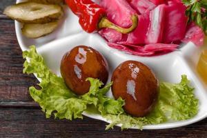 läckra kryddiga pickles skurna på en serveringsfat foto