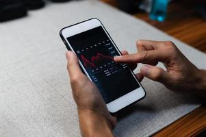 graf handel forex affärsinvesteringar på skärmen mobiltelefon foto