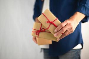 personer som håller presentask, nyårspresent, julklappslåda, kopieringsutrymme. jul, hew år, födelsedagskoncept. foto