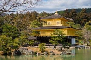 kinkaku-ji-templet, den gyllene paviljongen, ett buddhistiskt tempel i zen i kyoto, japan foto