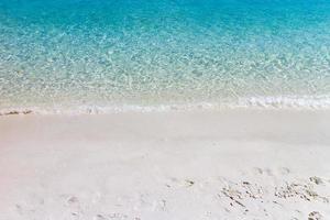 våg av blått hav på sandstrand. bakgrund. foto