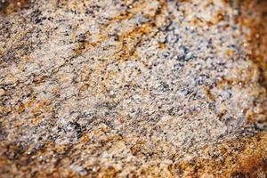 valt fokus på rostigt och dammigt av grov stenytstruktur. foto