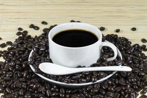 varmt kaffe med rostade kaffebönor dekoration foto