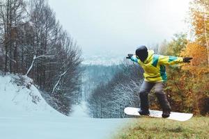 snowboardåkare som väntar på skidsäsongen foto