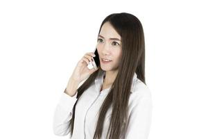 asiatisk affärskvinna kontorsarbetare kommunicerar med mobiltelefon isolerad på vit bakgrund foto