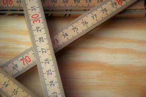 trälinjal vikt flera gånger på en träbakgrund foto