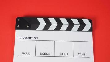 clapperboard eller filmskiffer på röd bakgrund. den används i videoproduktion och filmindustri. foto