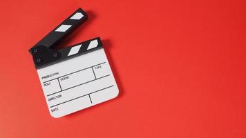 klaffbräda eller filmskiffer på röd bakgrund. den används i videoproduktion och filmindustri. foto
