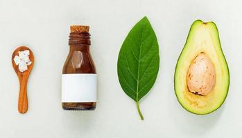naturliga växtbaserade hudvårdsprodukter. hudvårdsingredienser på bordskonceptet av den bästa naturliga ansiktskräm. foto