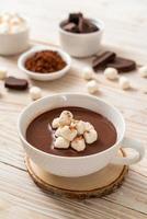 varm choklad med marshmallows foto