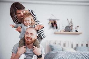 glad familj mamma, pappa, barn dotter hemma foto