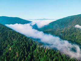 Flygfoto över karpaterna varierar vita moln foto