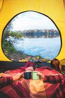 romantisk tid i tält med höstvy foto