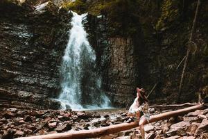 kvinnlig resenär som njuter av utsikten över vattenfallet foto
