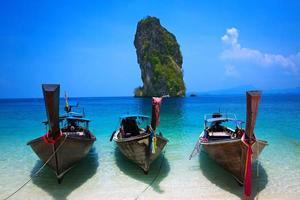 tropisk strand, longtailbåt, andamansjön, krabi, thailand foto