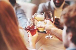 händer på människor med glas whisky eller vin, firar och skålar för att hedra bröllopet eller annat firande foto