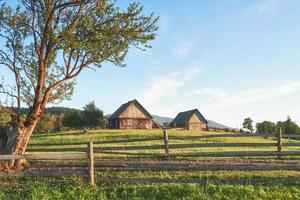 karpaterna. fotot togs högt upp i karpaterna. vacker himmel och starkt grönt gräs, förmedla karpaternas atmosfär. i karpaterna, ett mycket vackert landskap foto